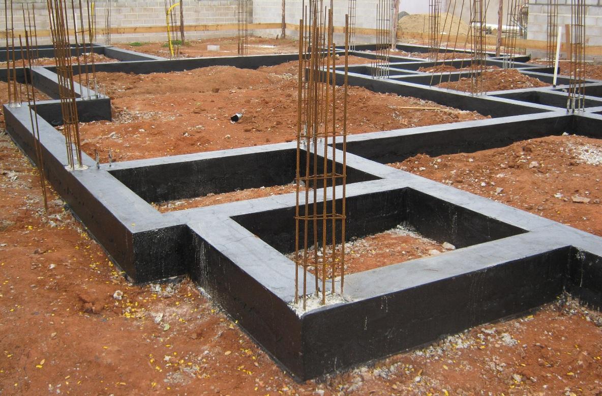 Uma etapa de suma importância nas construções é a impermeabilização da base, com aditivos químicos específicos para revestir todas as superfícies que ficarão em contato com o solo, bem como abaixo da primeira fiada das paredes.