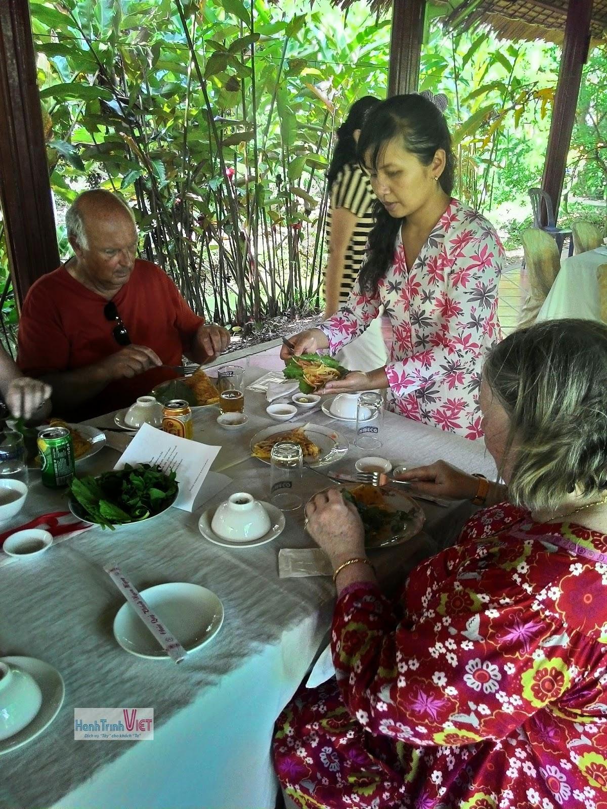 Giới thiệu du khách cách ăn món Việt sao cho đúng kiểu