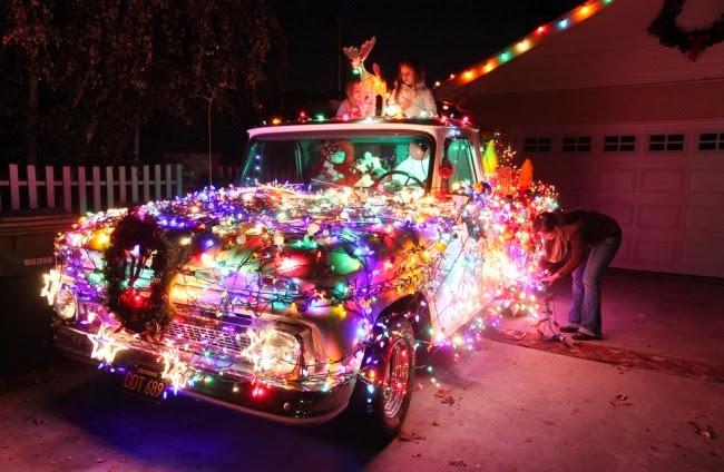 Рождественский автомобиль во дворе дома в Лос-Анджелесе