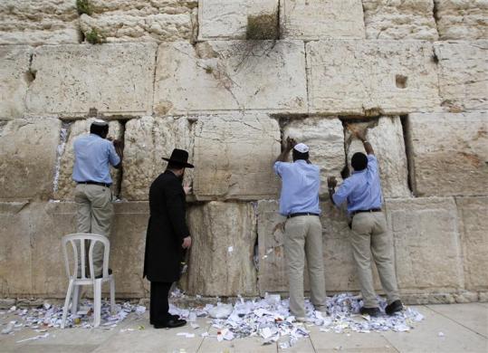 trabajadores limpiando el Muro de los lamentos