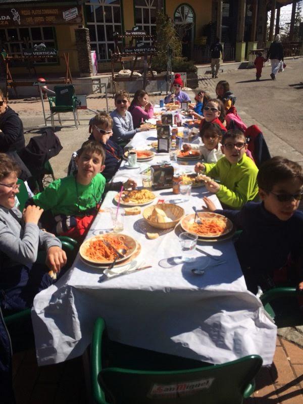 la imagen muestra a nuestros alumnos afiliados almorzando en una gran mesa alargada