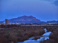 El Llobregat i Montserrat, a primeres hores del matí, des del centre del Pont del Diable
