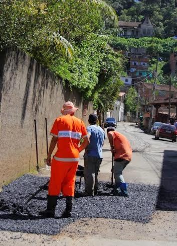 Rua José Maria Ferreira Duarte, na Ermitage, recebe serviços de tapa-buracos