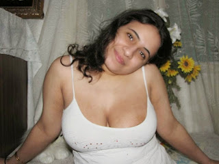 Most Beautiful Hot Sexy Indian Desi Aunty Boobs Cleavage