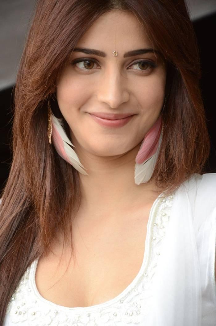 Shruti Kamal Hassan in White Salwar Suit