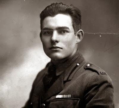 Hemingway posando para una foto de jóven.