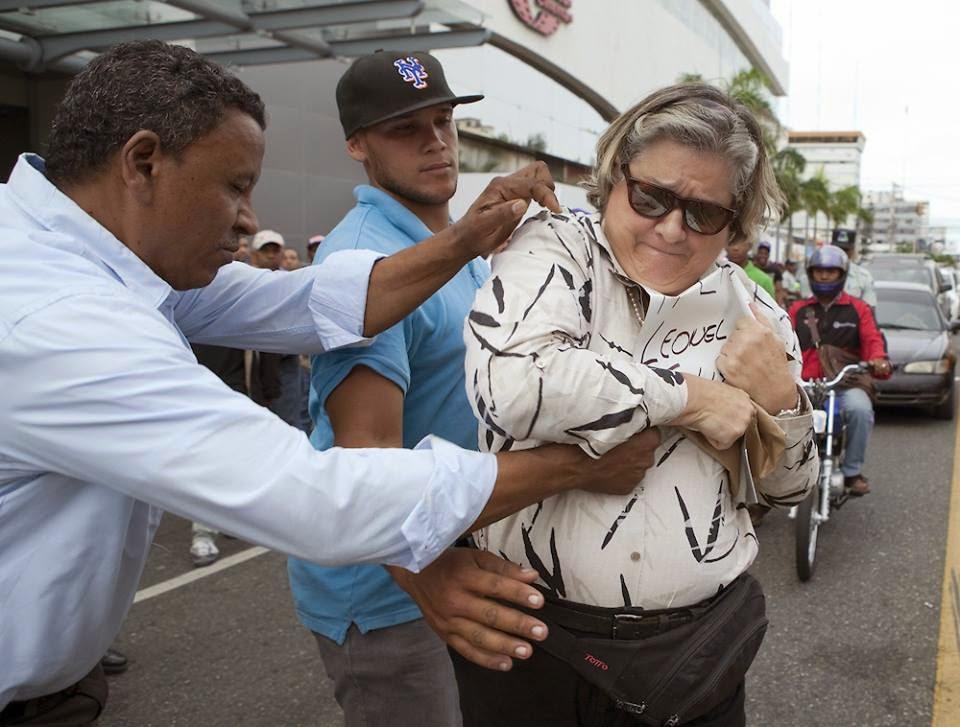 VIDEO –Doñita agredida por paleros de Leonel Fernández