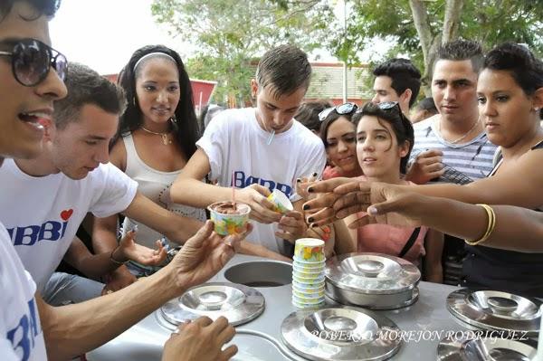 Visitantes reciben helados para su degustación durante la XXXI Feria Internacional de La Habana, FIHAV 2013