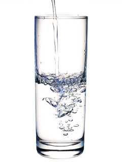Bere acqua fa dimagrire, acqua fa bene, perdere peso con acqua, fa ingrassare