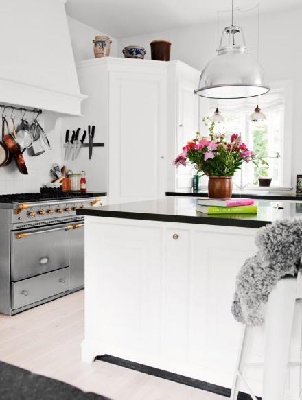 Mod vintage life romantic kitchens for Romantic kitchen designs