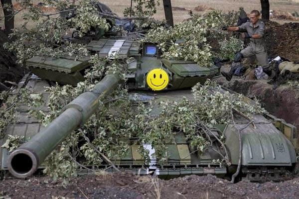 Dokumentasi tentara Ukraina melompat ke arah tank dekat kota Pervomaysk, timur Ukraina