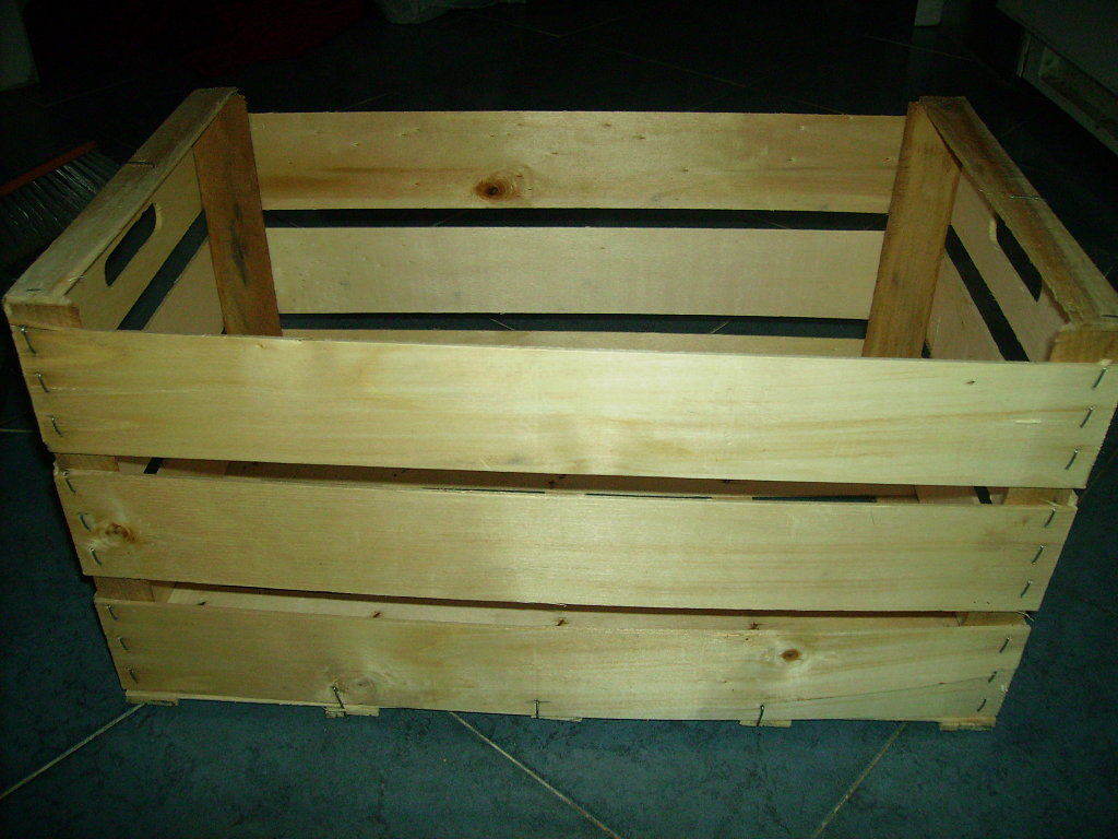 esta es la materia prima inicial una caja de fruta de tamao medio en buen estado si es posible y sin manchar