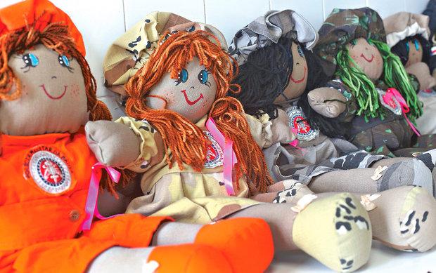 Confeccionar bonecas reaproveitando fardas antigas é parte de tratamento de PMs e bombeiros afastados. Grupo de PFem comanda oficina (Foto: Marina Silva/CORREIO)