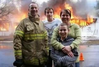 bombeiro posa com família enquanto casa pega fogo