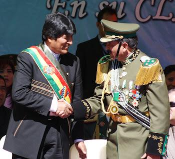 medallas, cordones y charreteras lucía el jefe de la policía