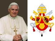 A sinistra Papa Benedetto XVI° , e a destra il suo Stemma