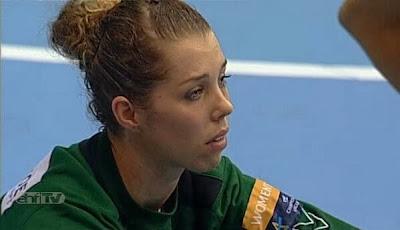 Barbara Arenhart desolada tras la eliminación del Hypo en primera fase de Champions (gentileza @balonfemme)  | Mundo Handball