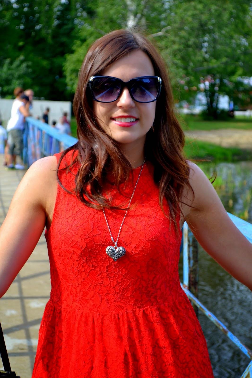 czerwona sukienka, koronkowa sukienka