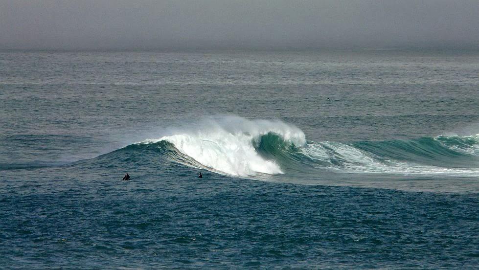 surfistas esperando una ola en menakoz
