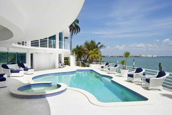 Swimming pool in Modern villa in Tampa Bay