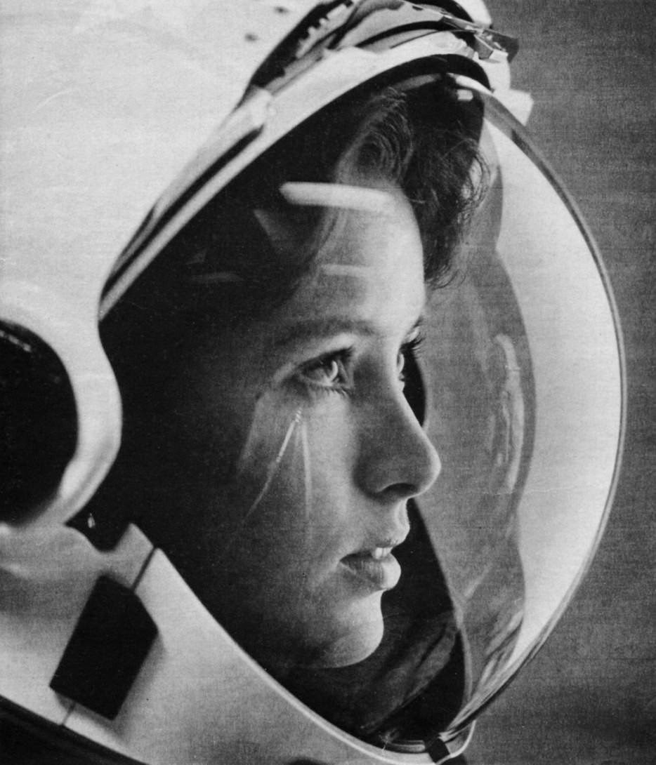 Anna Fisher, astronaut, with stars in her eyes on the cover of Life magazine in 1985. She was the first mother in space. - The 63 Most Powerful Photos Ever Taken That Perfectly Capture The Human Experience