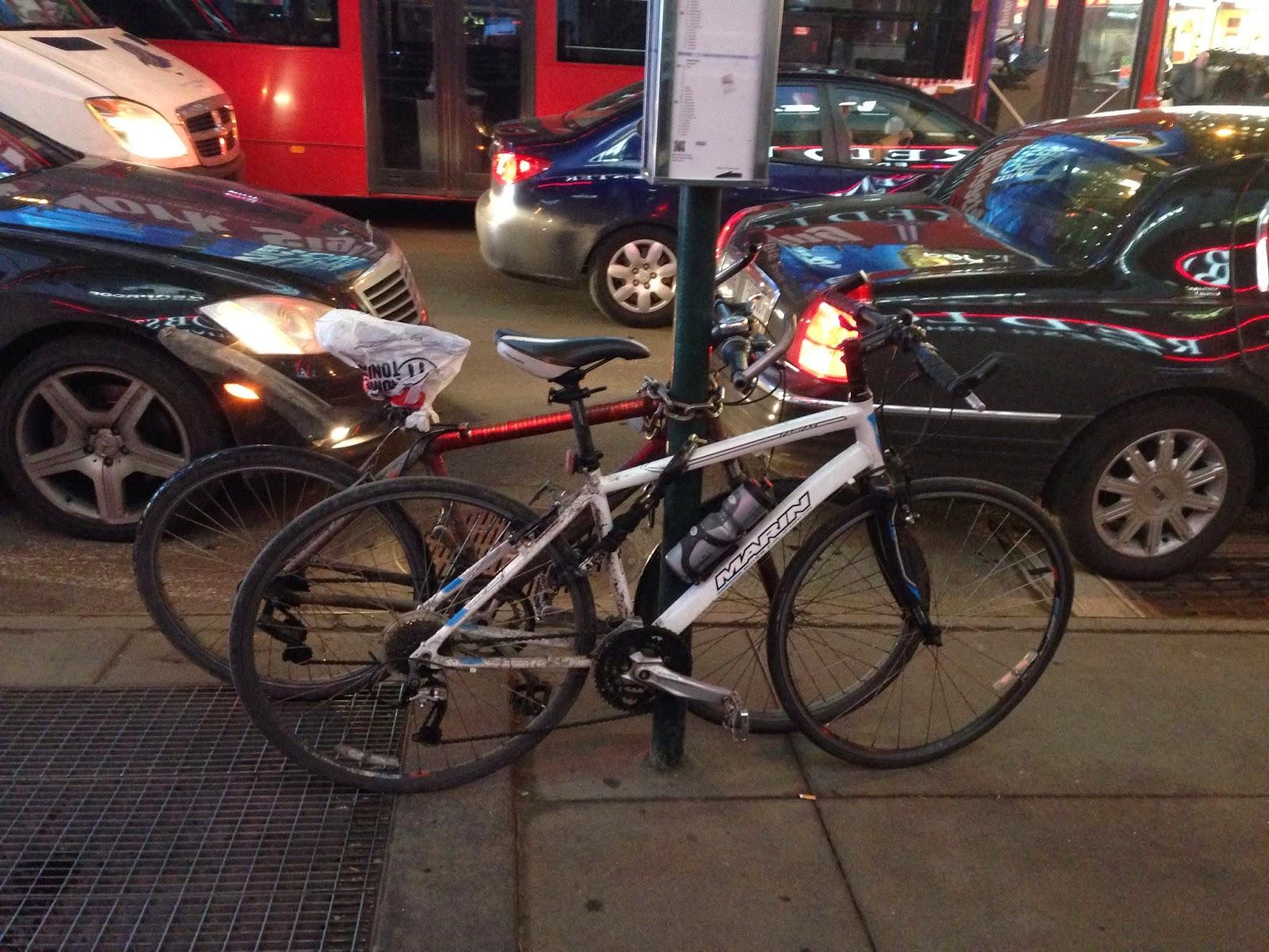 自転車の ロード自転車 レンタル : バス停の標識に停めているのは ...