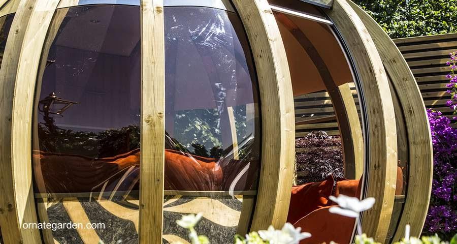 Detalle de la estructura de un refugio esférico de lujo para jardín
