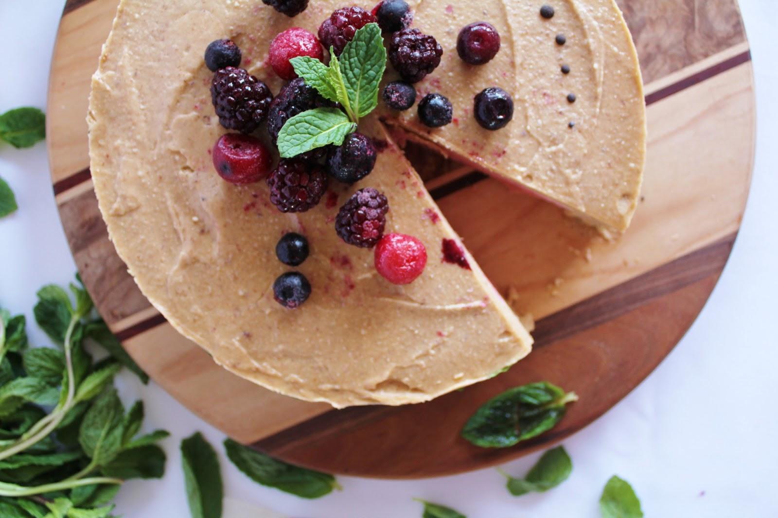 This rawsome vegan life strawberry banana cream cake with mint - Gateau anniversaire recette ...