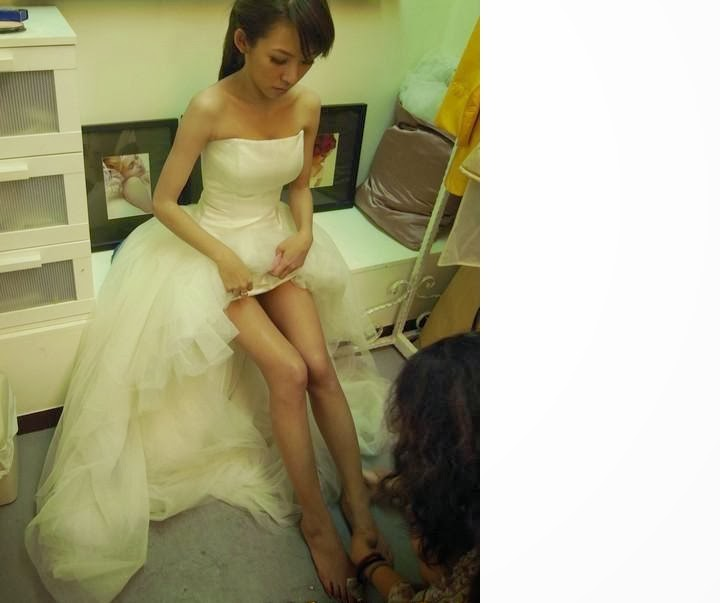 Pretty+bride+with+short+skirt001