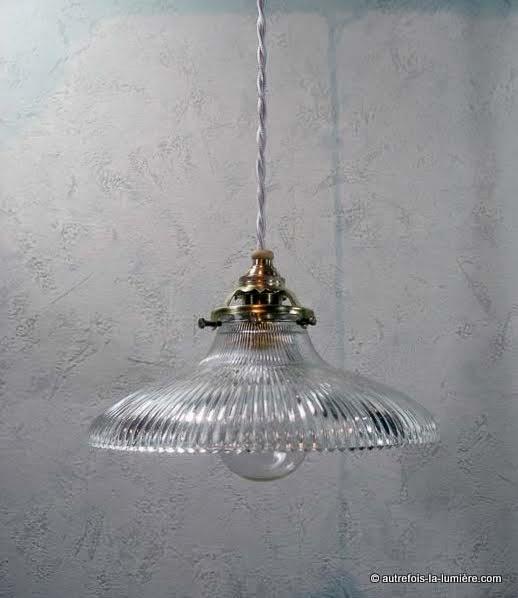 http://www.autrefois-la-lumiere.com/2014/06/lampe-suspension-en-verre-type-holophane.html