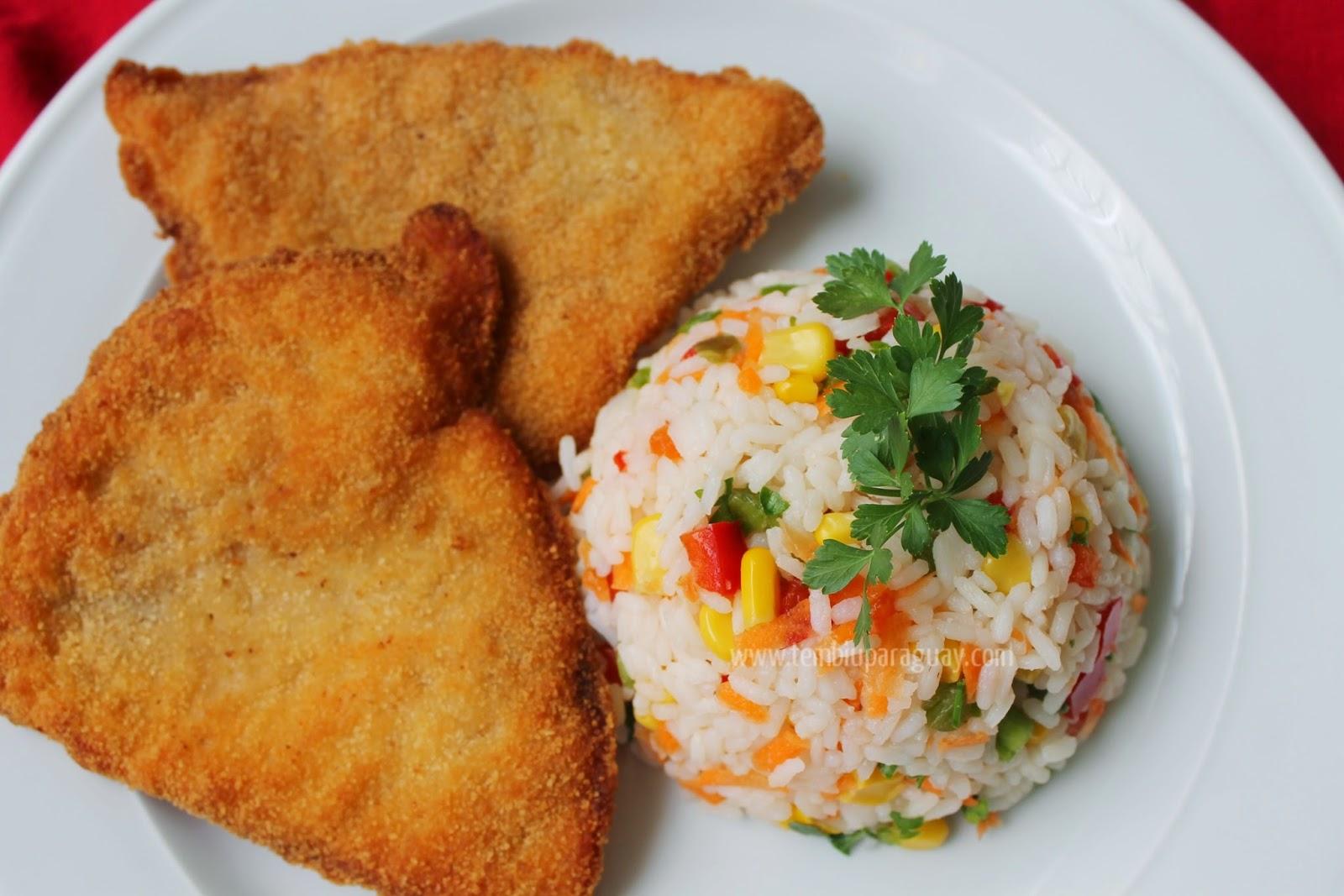 Milanesa de pollo con ensalada de arroz