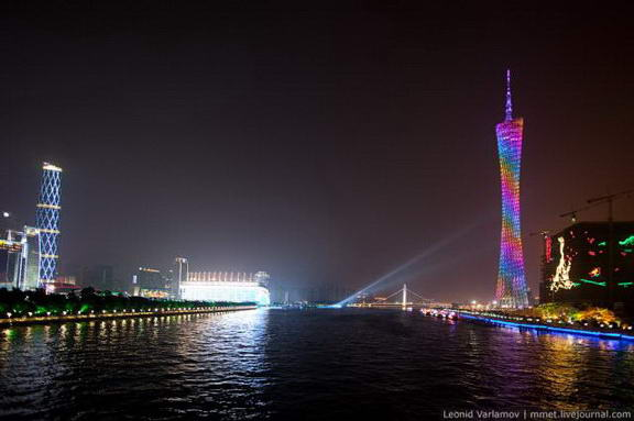 ... Tower, Menara Tertinggi di Dunia Yang Penuh Dengan Cahaya Warna-Warni
