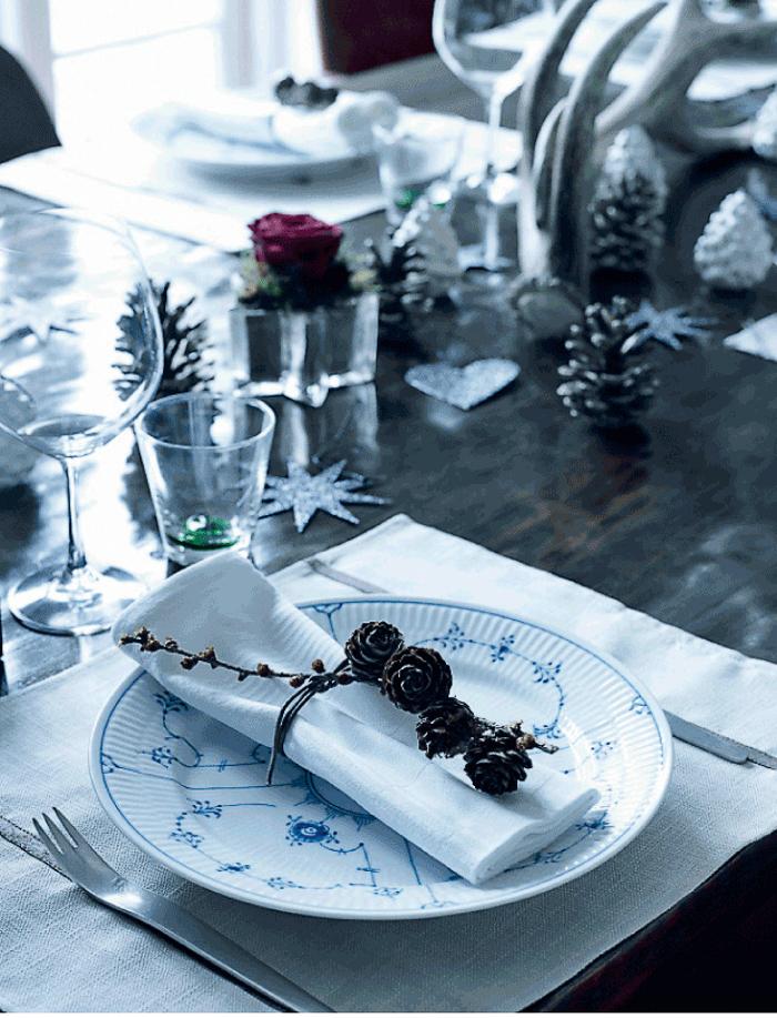 Plato decorado con copas en mesa de navidad con estrellas