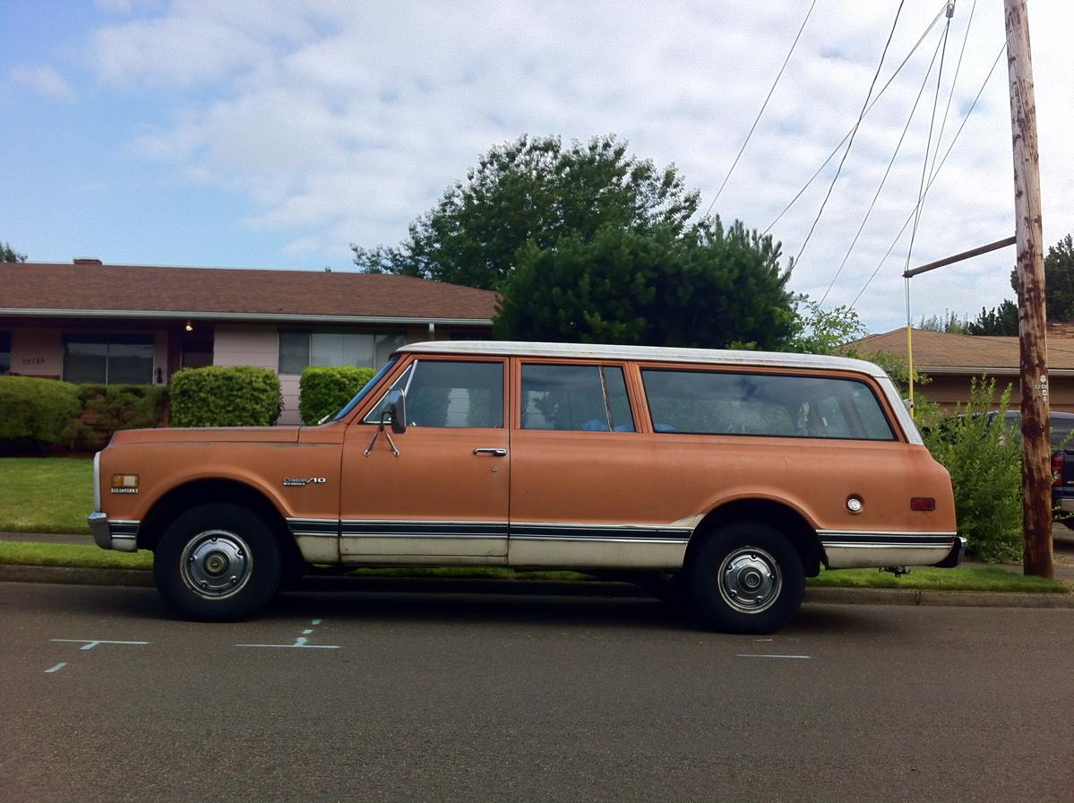 1972 Chevrolet Suburban Custom-10 Deluxe 3-Door. & OLD PARKED CARS.: Count the Doors: 1972 Chevrolet Suburban. pezcame.com