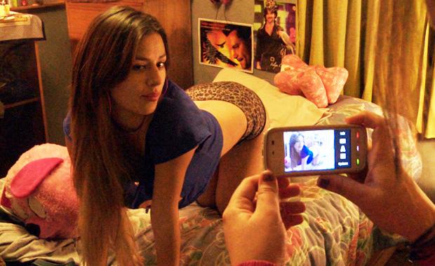 Sexy y sensual chica en la cama siendo fotografiada con un telefono celular. Sexting | Ximinia