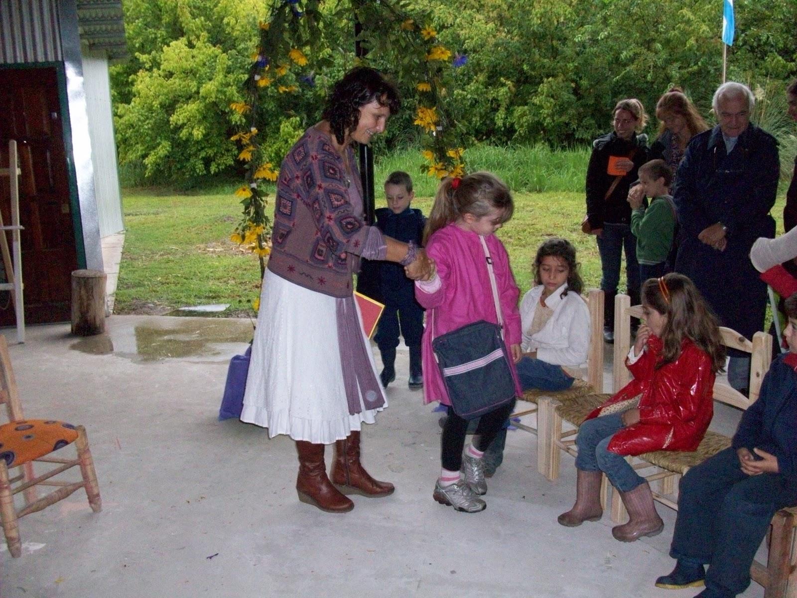 La Maestra  Patricia  Invit   A Los Ni  Os A Atravesar El Arco De
