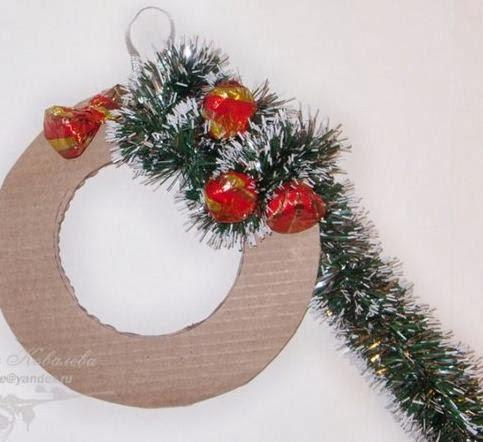 C mo hacer una corona navide a con dulces - Como hacer coronas navidenas ...