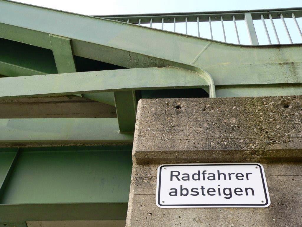Brücke Schild Radfahrer absteigen