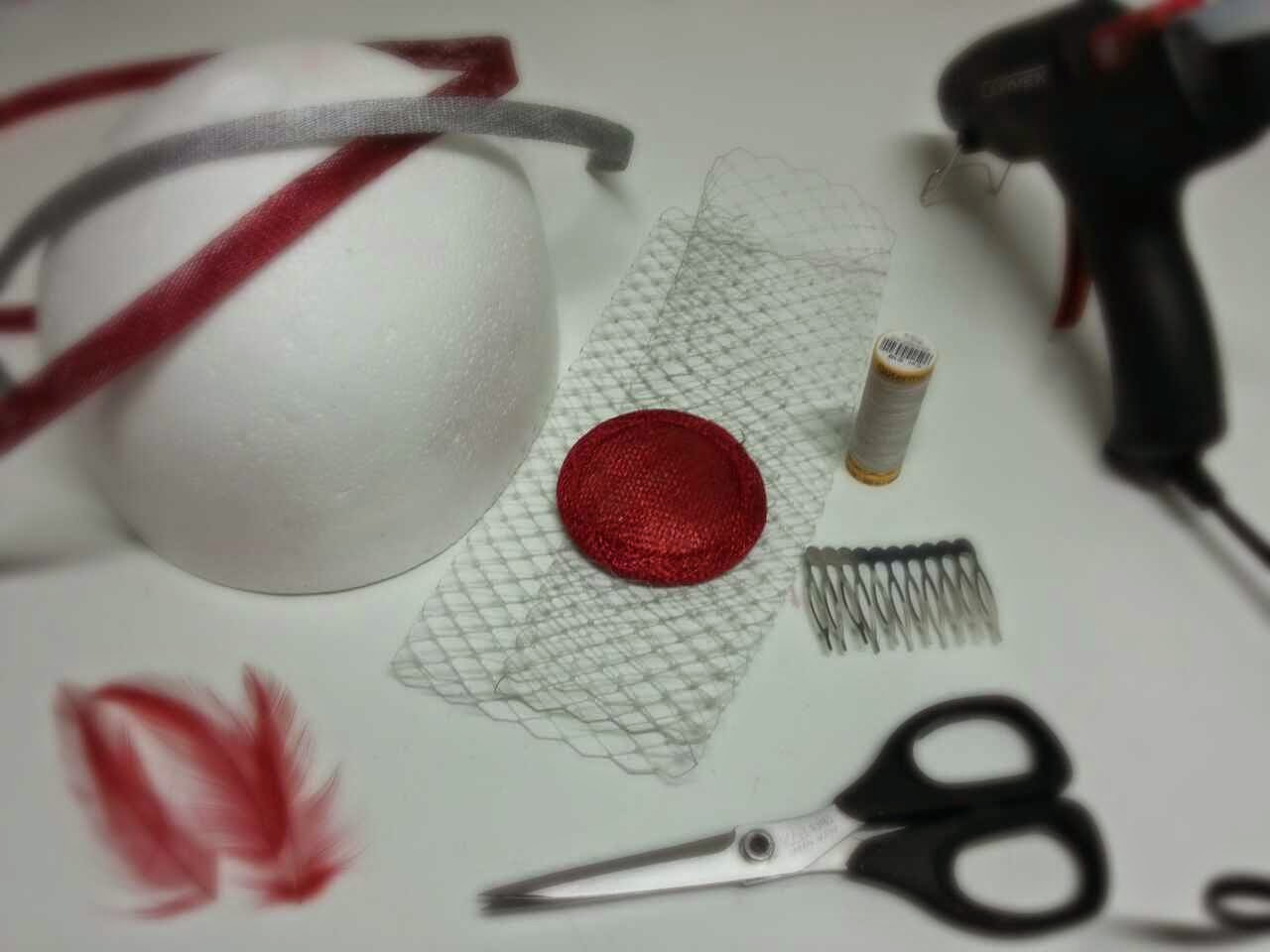 tocado sencillo realizado con sinamay, velo, y plumas en rojo y plata paso a paso