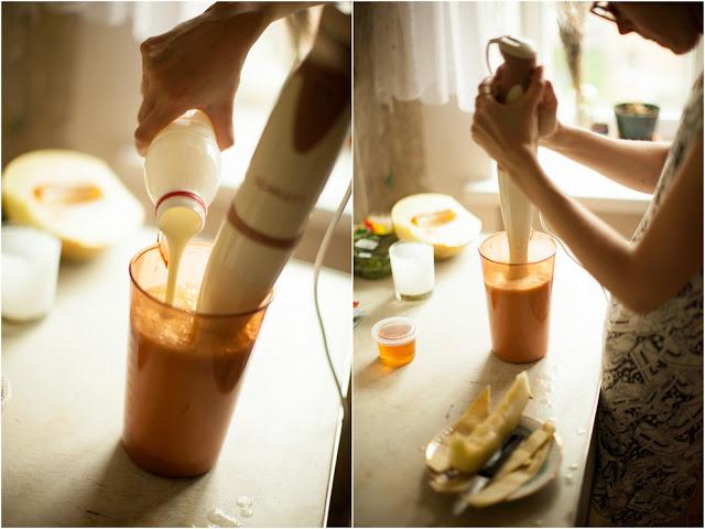 взбиваем йогурт с фруктами в блендере