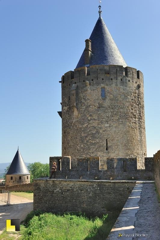 Valérie Blachier sous une tours des remparts extérieurs de Carcassonne photo pascal Blachier