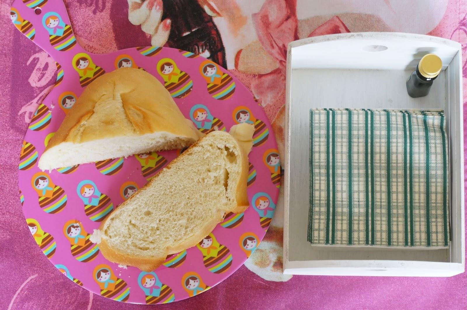 pano de prato e cestinha branca na mesma composição