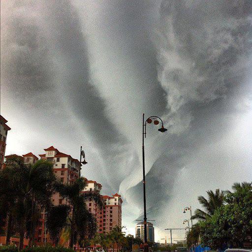 ... awan yang berbentuk luar biasa jarang sekali kita melihat awan seperti