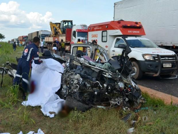 Carro onde estavam as cinco vítimas ficou completamente destruído (Foto: Wesley Santos/Blog Sigi Vilares)