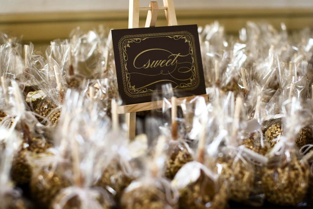 Fly me to the moon fabulous fall wedding favors for Candy apple wedding favors