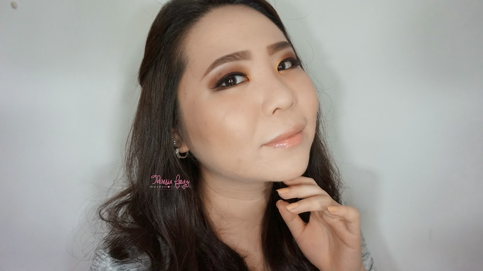 A natural gold with a warm maroon for a day to day basis. Products used are nyx jumbo eye pencil in milk, lavie lash, anastasia beverly hills on the brow, makeover in everlasting kiss, sleek face form in light, sariayu and kji & co tokyo, sariayu 25th anniversary palette.