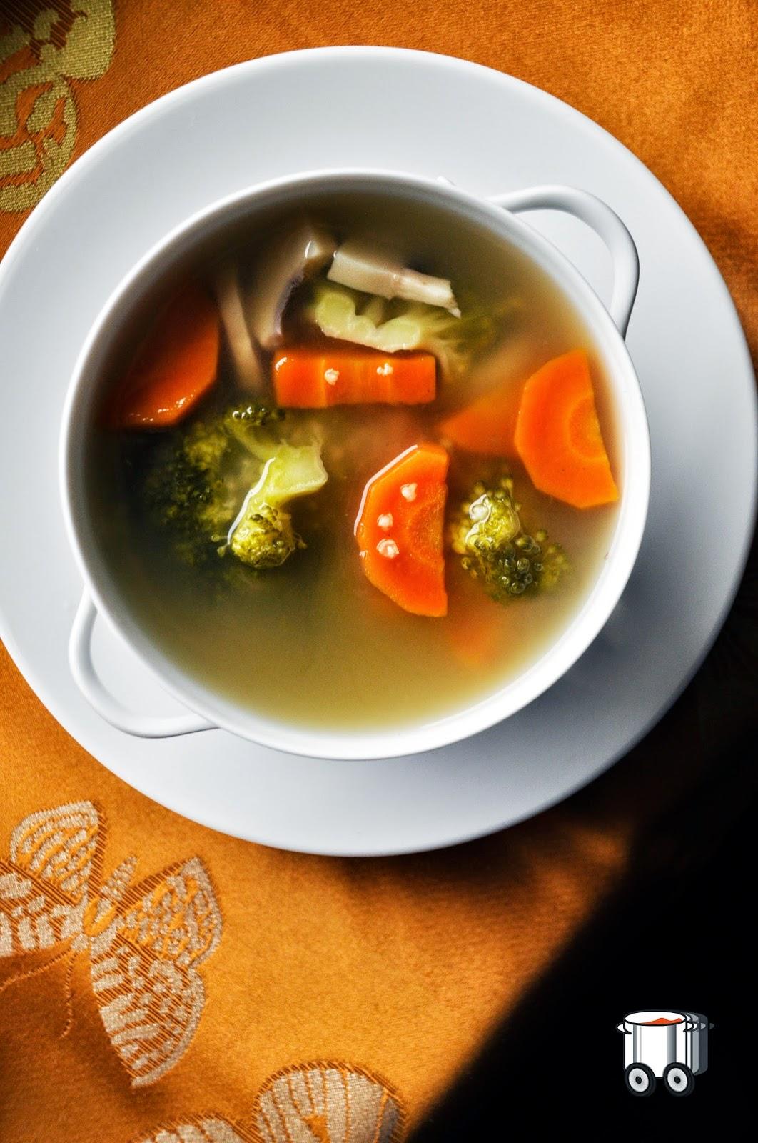 Szybko Tanio Smacznie - Bulion z pieczarkami, brokułami, marchewką i kaszą jaglaną. Nie tylko dla dziecka!