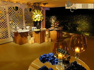bem casado, vela vidro âmbar, tampo espelhado, base madeira, arranjo floral amarelo