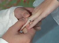 tukar cincin pria wanita berjodoh dan menikah