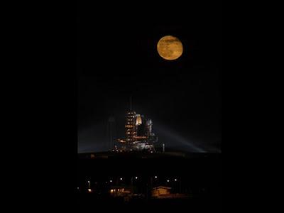 Ночная луна перед запуском